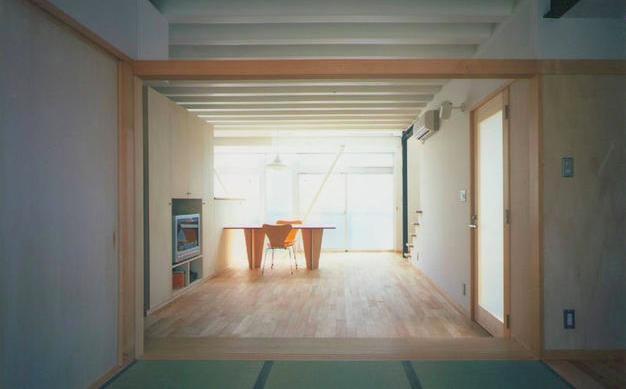『スチールエコハウス#1』高性能住宅の写真 和室よりリビングダイニングを見る
