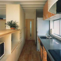 『スチールエコハウス#1』高性能住宅 (リビングと緩やかにつながるキッチン)
