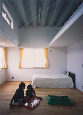 『スチールエコハウス#1』高性能住宅の写真 天井の高い明るい子供部屋