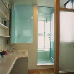 明るいバスルーム (『スチールエコハウス#1』高性能住宅)