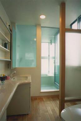『スチールエコハウス#1』高性能住宅の写真 明るいバスルーム