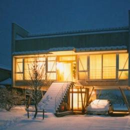 『ライト・BOX』古民家の良さを受け継ぐ近未来的な住まい (夜に映える外観)