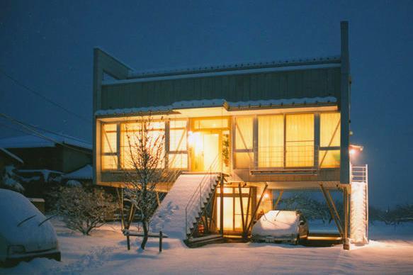 『ライト・BOX』古民家の良さを受け継ぐ近未来的な住まいの部屋 夜に映える外観