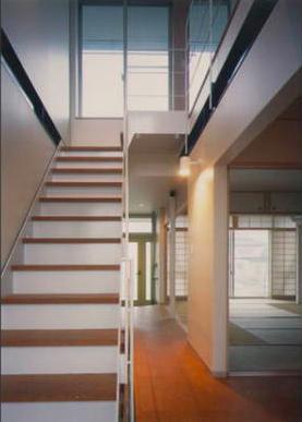 『ライト・BOX』古民家の良さを受け継ぐ近未来的な住まいの部屋 3階につながる階段-1