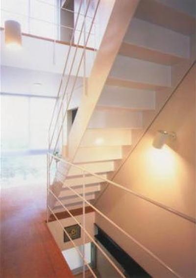 『ライト・BOX』古民家の良さを受け継ぐ近未来的な住まい (3階につながる階段-2)