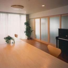 『ライト・BOX』古民家の良さを受け継ぐ近未来的な住まい (明るいダイニング)