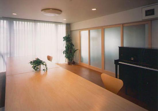 『ライト・BOX』古民家の良さを受け継ぐ近未来的な住まいの部屋 明るいダイニング