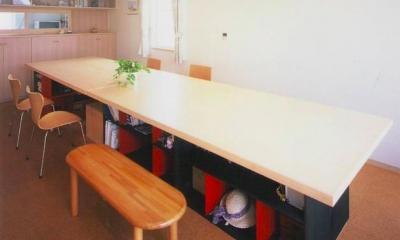 『ライト・BOX』古民家の良さを受け継ぐ近未来的な住まい (収納のある造作ダイニングテーブル)