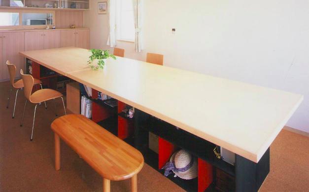 『ライト・BOX』古民家の良さを受け継ぐ近未来的な住まいの部屋 収納のある造作ダイニングテーブル