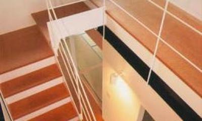 『ライト・BOX』古民家の良さを受け継ぐ近未来的な住まい (吹き抜けの階段)