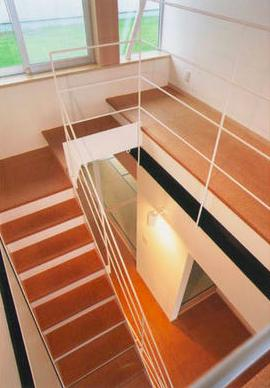 『ライト・BOX』古民家の良さを受け継ぐ近未来的な住まいの部屋 吹き抜けの階段