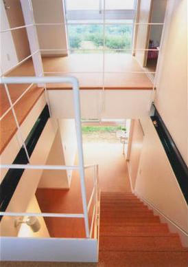 『ライト・BOX』古民家の良さを受け継ぐ近未来的な住まいの部屋 3階より見下ろす