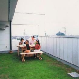 『ライト・BOX』古民家の良さを受け継ぐ近未来的な住まい (天然芝の広いルーフバルコニー)