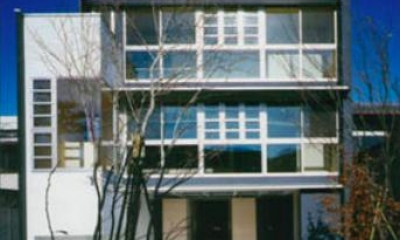 『空を臨む家』光と風を取り入れる緑豊かな住まい (空を臨む家外観-1)