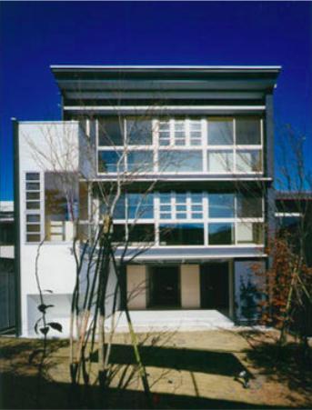 『空を臨む家』光と風を取り入れる緑豊かな住まいの部屋 空を臨む家外観-1