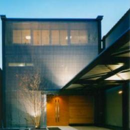 『空を臨む家』光と風を取り入れる緑豊かな住まい (空を臨む家外観-2)