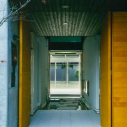 『空を臨む家』光と風を取り入れる緑豊かな住まい (庭まで見通せる玄関)