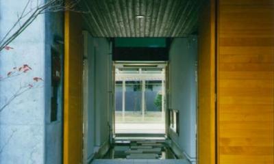 庭まで見通せる玄関|『空を臨む家』光と風を取り入れる緑豊かな住まい