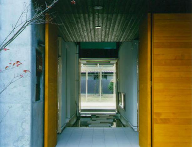 『空を臨む家』光と風を取り入れる緑豊かな住まいの部屋 庭まで見通せる玄関