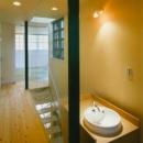 『空を臨む家』光と風を取り入れる緑豊かな住まいの写真 廊下・手洗いスペース