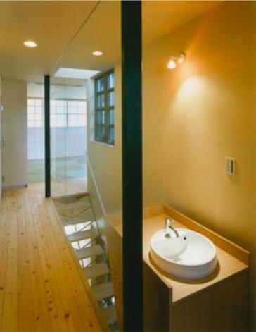 『空を臨む家』光と風を取り入れる緑豊かな住まいの部屋 廊下・手洗いスペース
