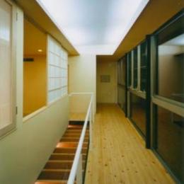 『空を臨む家』光と風を取り入れる緑豊かな住まい (開放的な廊下)
