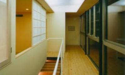開放的な廊下|『空を臨む家』光と風を取り入れる緑豊かな住まい