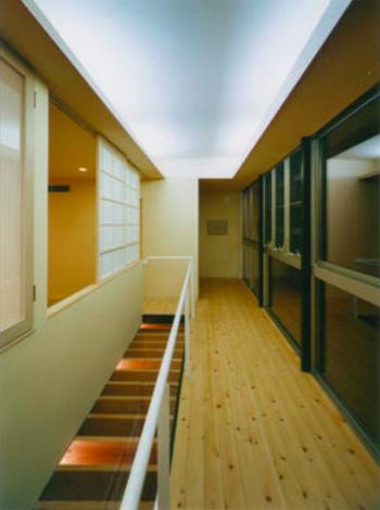 『空を臨む家』光と風を取り入れる緑豊かな住まいの部屋 開放的な廊下