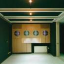 『空を臨む家』光と風を取り入れる緑豊かな住まいの写真 ブラックモダンな洋室