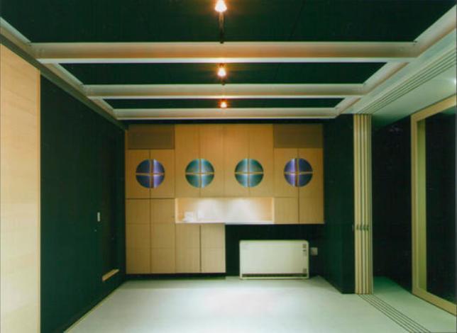 『空を臨む家』光と風を取り入れる緑豊かな住まいの部屋 ブラックモダンな洋室