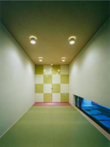 『空を臨む家』光と風を取り入れる緑豊かな住まいの部屋 市松模様がアクセントの和室