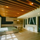 『空を臨む家』光と風を取り入れる緑豊かな住まいの写真 畳スペースのある大空間LDK