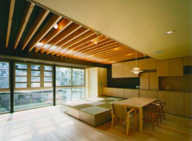 『空を臨む家』光と風を取り入れる緑豊かな住まいの部屋 明るい光の差し込む大空間LDK