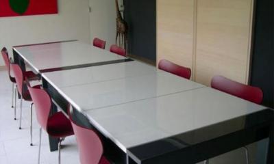 『空を臨む家』光と風を取り入れる緑豊かな住まい (会議室テーブル)