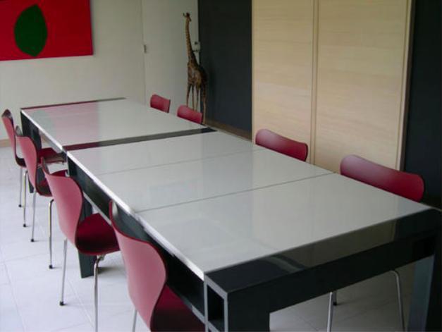 『空を臨む家』光と風を取り入れる緑豊かな住まいの部屋 会議室テーブル