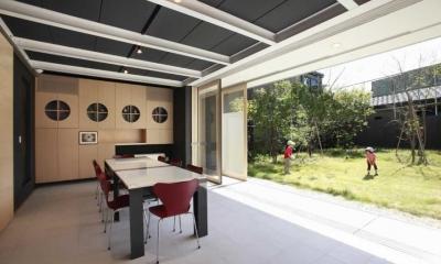 全面開放できる1階会議室|『空を臨む家』光と風を取り入れる緑豊かな住まい