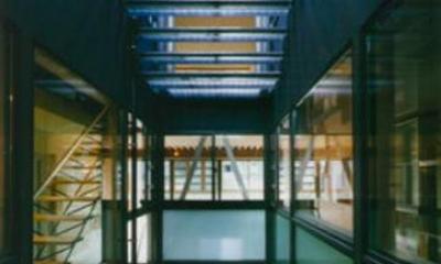グレーチングの階段|『空を臨む家』光と風を取り入れる緑豊かな住まい