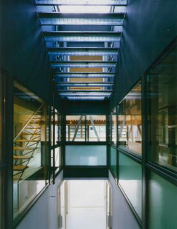 『空を臨む家』光と風を取り入れる緑豊かな住まい (グレーチングの階段)