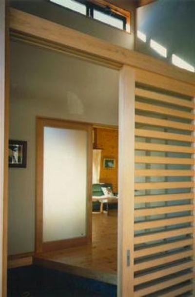 木製格子戸の玄関 (『土間と離れのある家』人の集まる住まい)