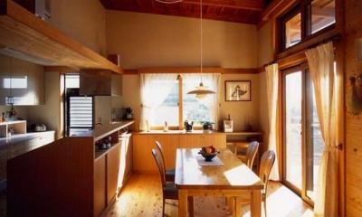 『土間と離れのある家』人の集まる住まい (木の温もり感じるダイニングキッチン)
