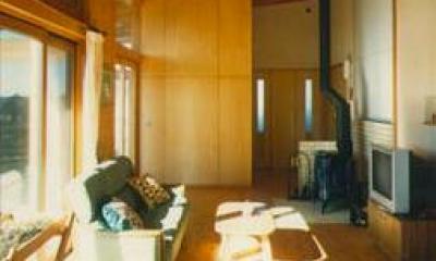『土間と離れのある家』人の集まる住まい (薪ストーブのある開放的なリビング)