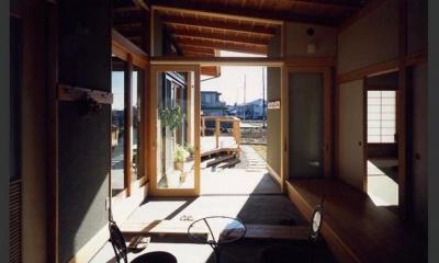『土間と離れのある家』人の集まる住まい (作業スペースを兼ねた土間)