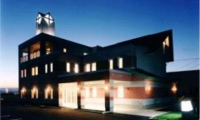 『花園キリスト教会』木製パイプオルガンと調和した礼拝堂 (教会外観-夜景)