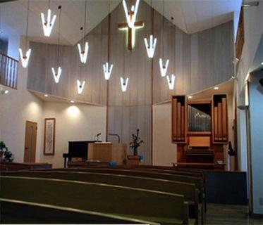 『花園キリスト教会』木製パイプオルガンと調和した礼拝堂の写真 花園キリスト教会内部