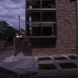 『桜・山・石』優しい光の集まる石貼りの家 (石貼りの家外観-1)