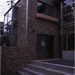 『桜・山・石』優しい光の集まる石貼りの家 (石貼りの家外観-2)