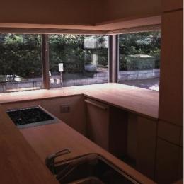 『桜・山・石』優しい光の集まる石貼りの家