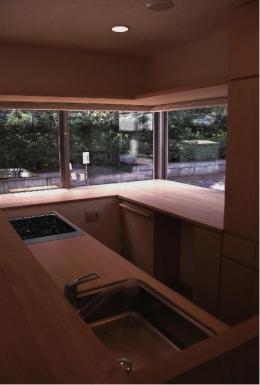 『桜・山・石』優しい光の集まる石貼りの家 (コーナーウィンドウのある明るいキッチン)