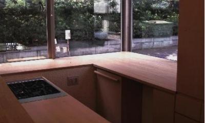コーナーウィンドウのある明るいキッチン 『桜・山・石』優しい光の集まる石貼りの家