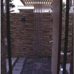 『桜・山・石』優しい光の集まる石貼りの家 (天井ルーバーの玄関ポーチ)
